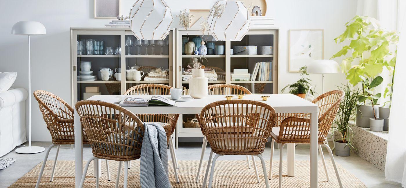 biały stół do jadalni w stylu skandynawskim