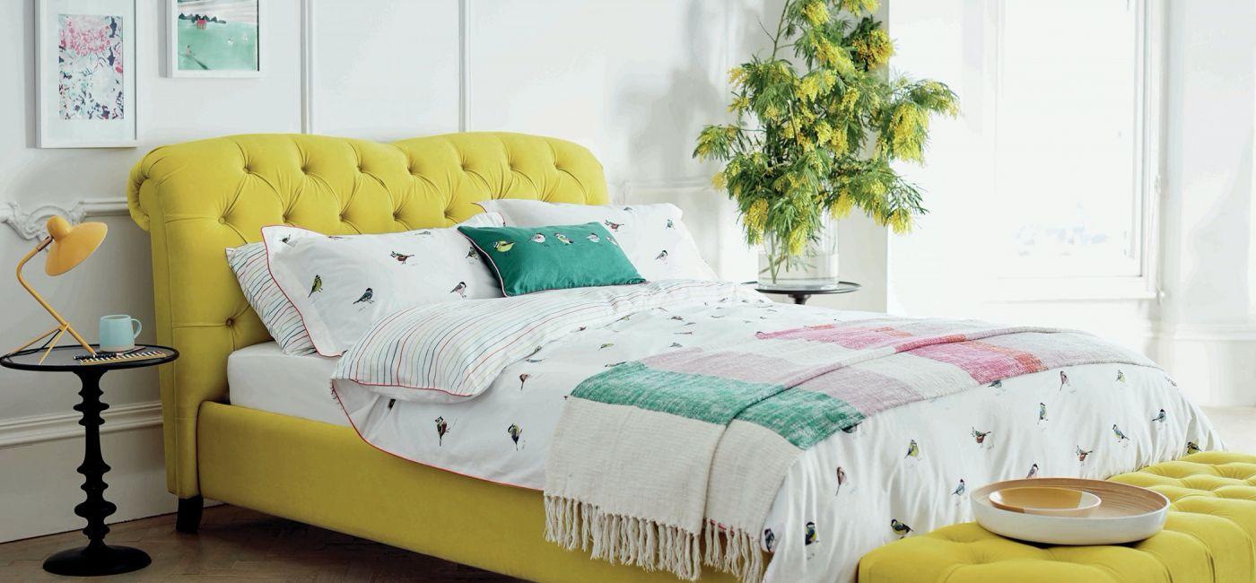 żółte łóżko do sypialni