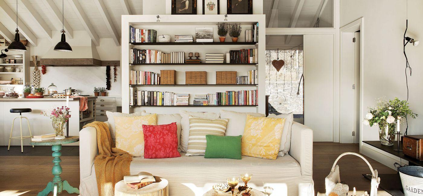 Do salonu Patricia wybrała obite białym płótnem kanapy i fotele, w tartaku wypatrzyła pieńki idealnie