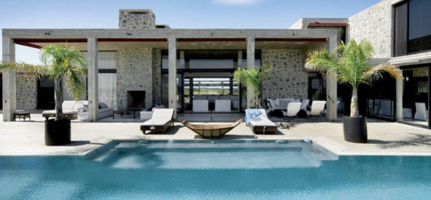 Dom jest duży, minimalistyczny. Postawiono go z lokalnego kamienia i betonu.