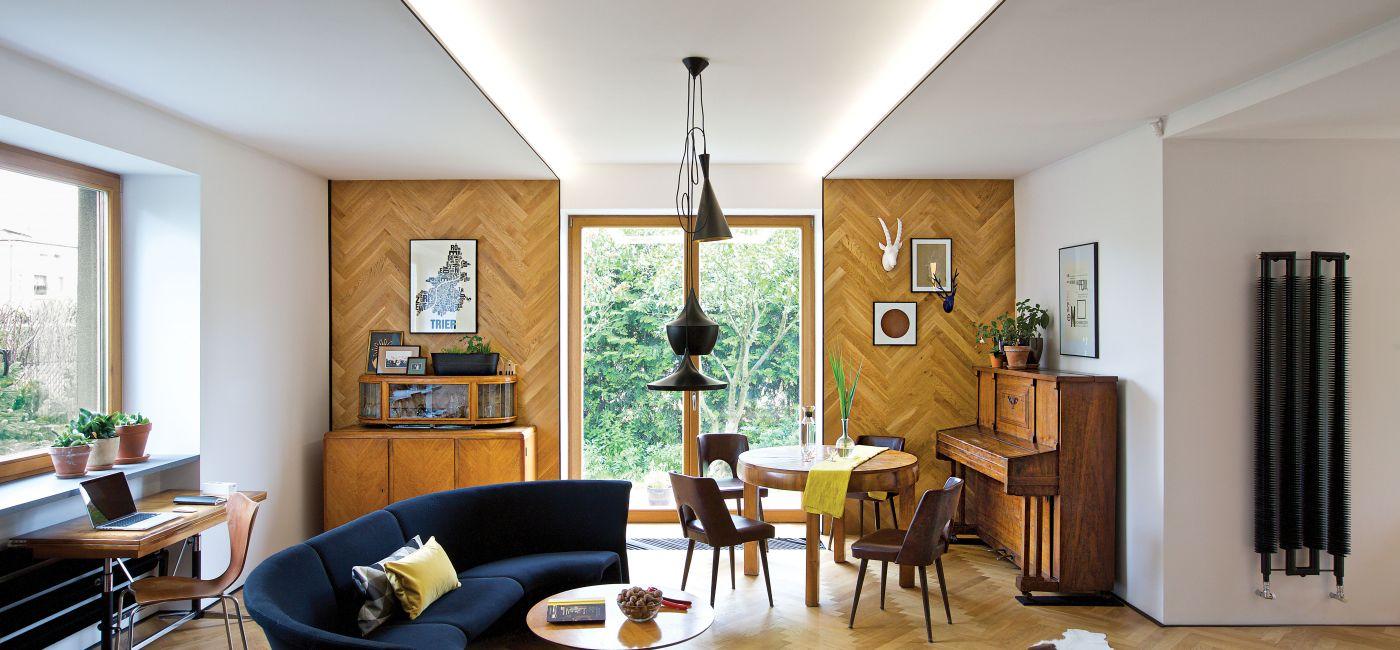 Dom zagadka – wnętrze z parkietem na ścianie