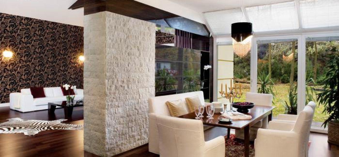 Jadalnia - skórzane fotele i kanapa.
