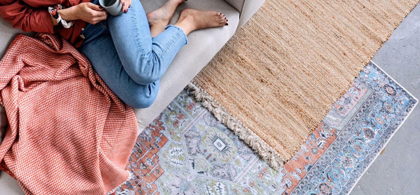 jak dobrać dywan do salonu
