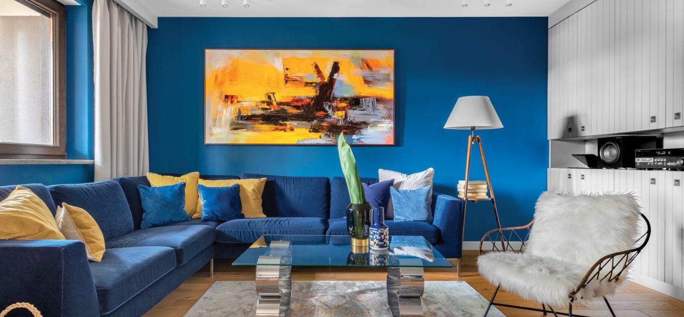 Salon w kontrastowych kolorach: biel, granatowy i żółte akcenty, ZDJĘCIA I STYLIZACJA: ALEXANDRA DERMONT/HOMPICS
