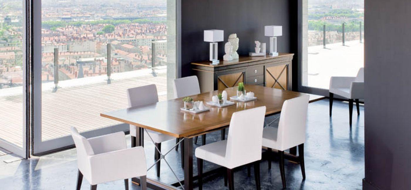 Luksusowe zdobione meble Orsay w jadalni, a do nich proste krzesła Neuilly (od 3800 zł) z białą tapicerką i