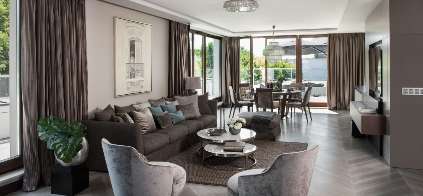 Położony w sercu Warszawy, 160-metrowy luksusowy apartament jest nowoczesny i bardzo elegancki. Monochromatyczne wnętrze z