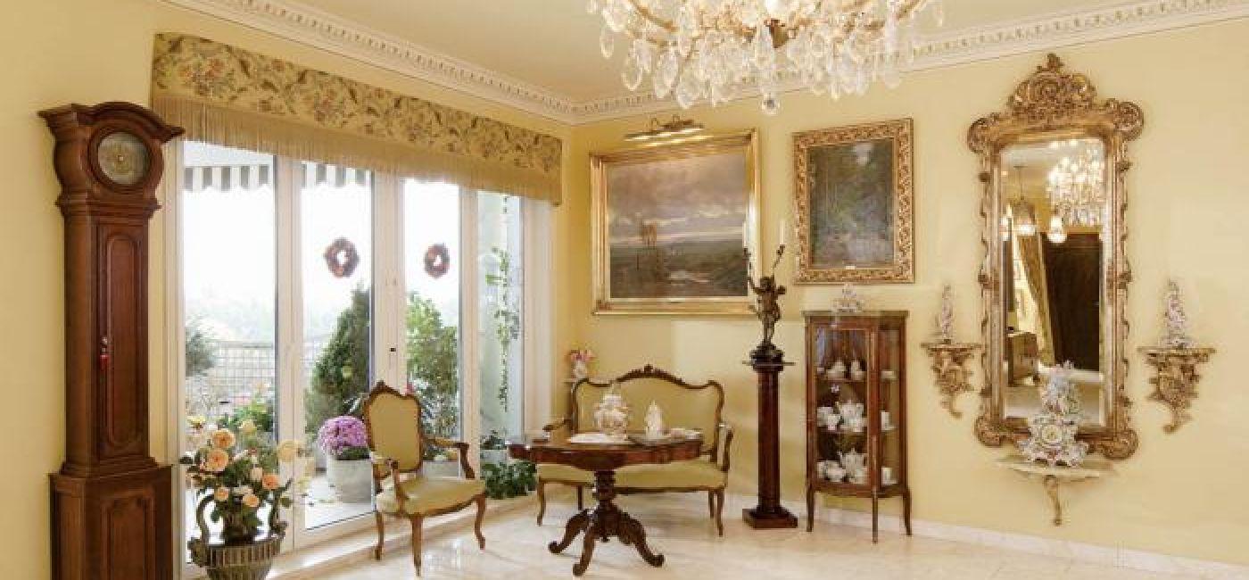 Ma podłodze leży marmur o delikatnym herbacianym rysunku, a na sufitach mienią się kryształowe żyrandole.
