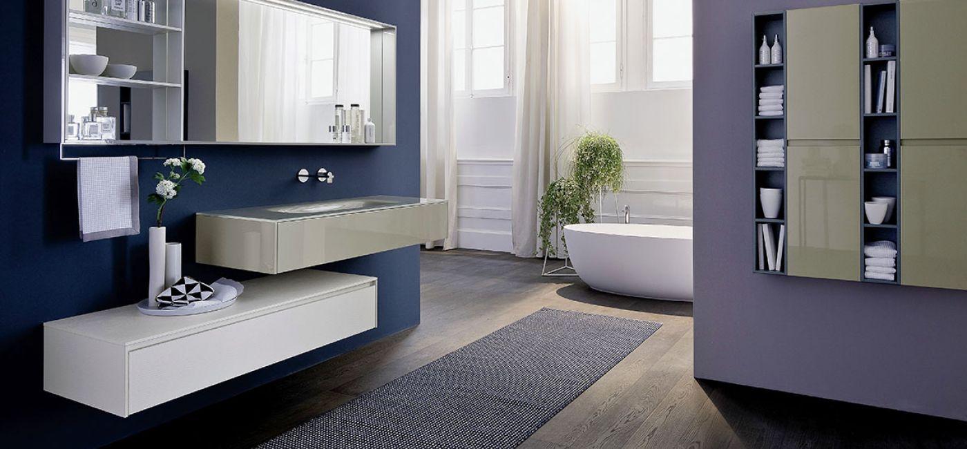 Ciemne ściany i podłogi pasują bardziej do dużej łazienki.