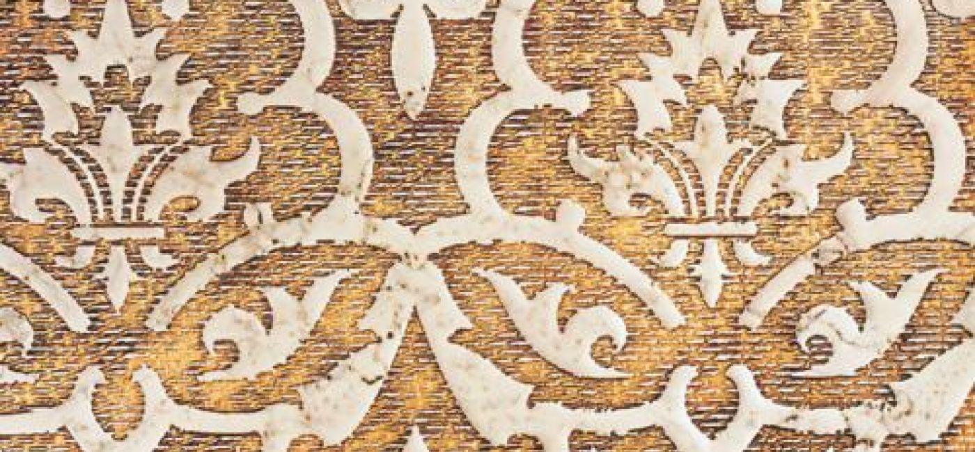 Marmurowa płytka Biancone (510 zł/szt.) – tło zdobione złotem. YETI