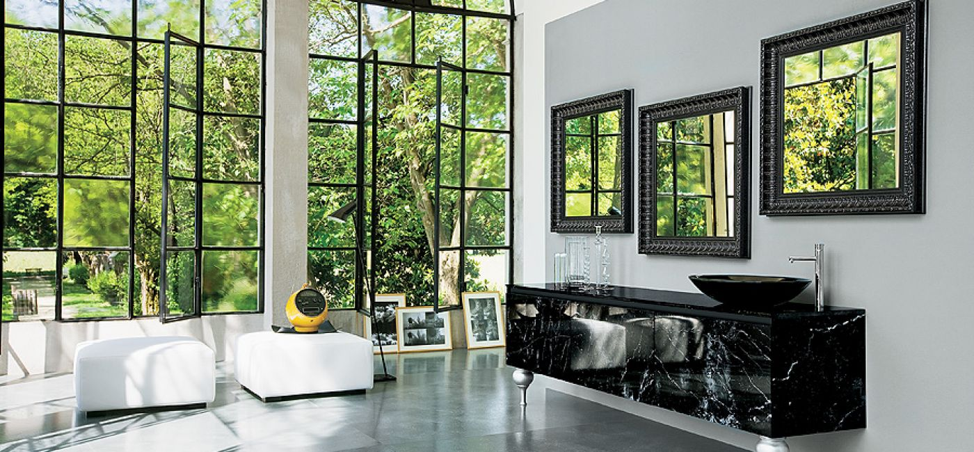 Meble 360 Gradi to eksperyment z naturalnym marmurem i pałacowymi nóżkami. Z kolei w Must zobaczymy brązowy Onyx, oksydowany