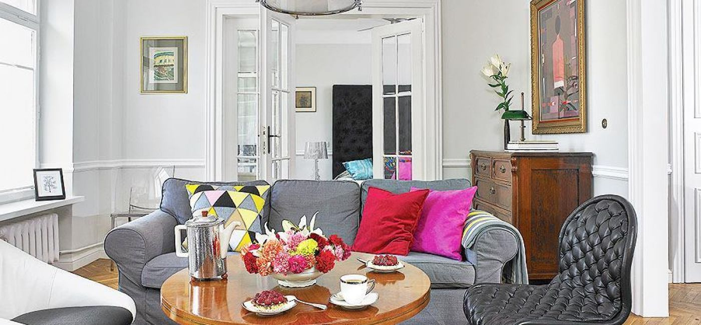 W salonie jasnoszare ściany w kolorze paper white z palety Benajmina Moore a.