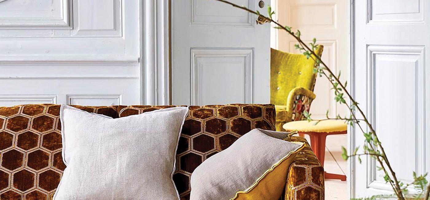 Manipur Ochre to miękki aksamit z wytłaczanymi sześciokątami. Do wyboru 12 kolorów, Designers Guild, decodore.pl