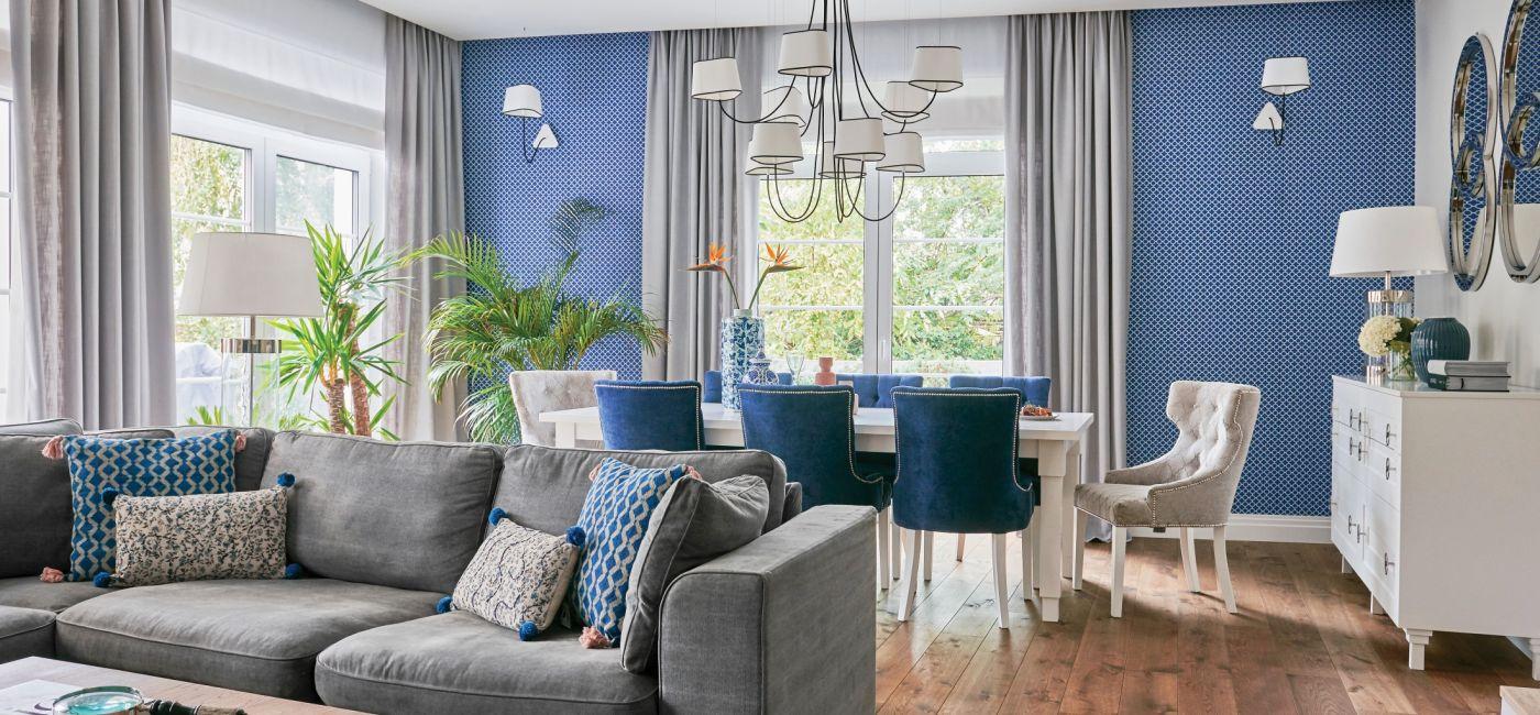 niebieska ściana w salonie