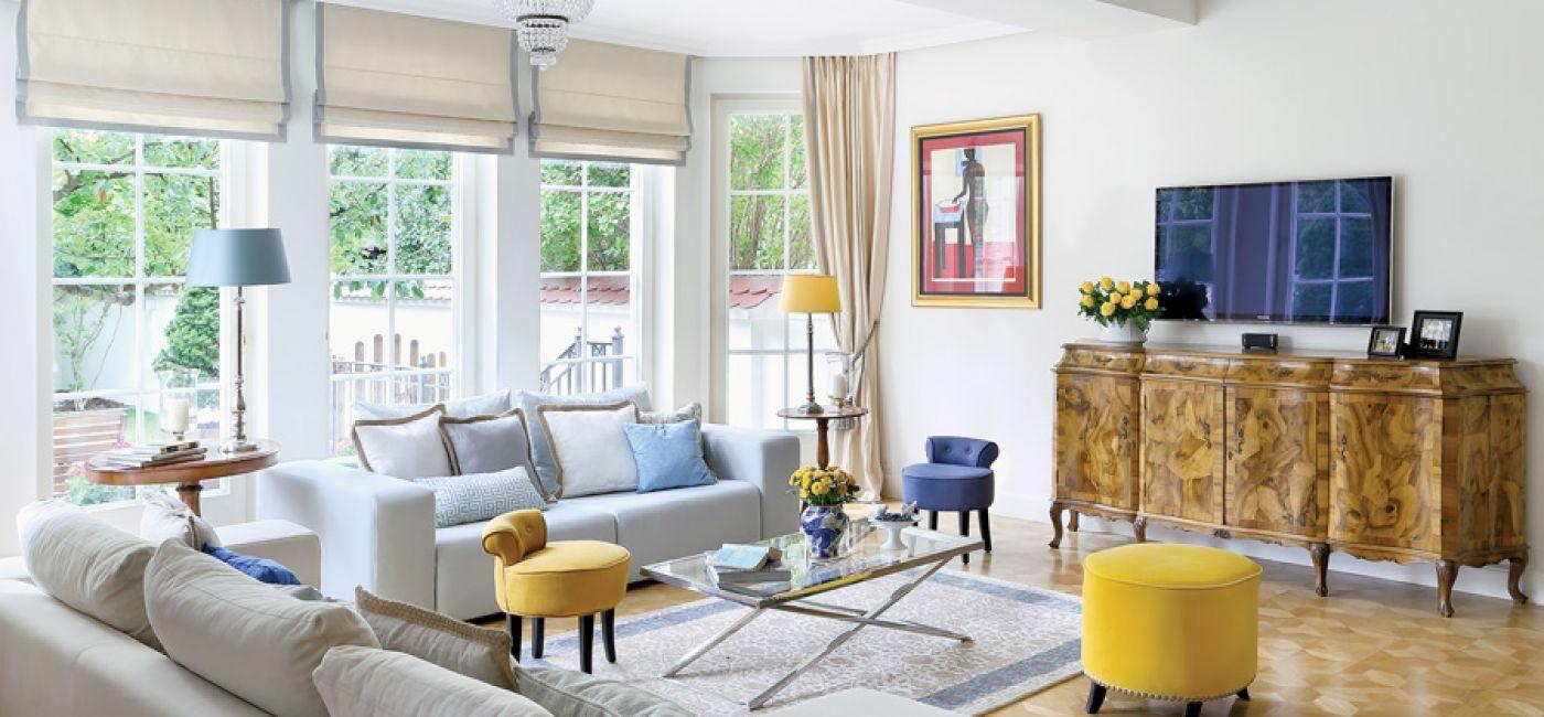 salon z niebieskimi i żółtymidodatkami