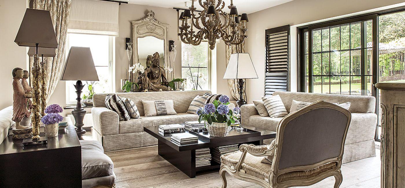 Przedmioty w parach wyglądają lepiej. Stąd dwie kanapy, fotele, lampy, figurki, kwiaty, nawet Budda ma