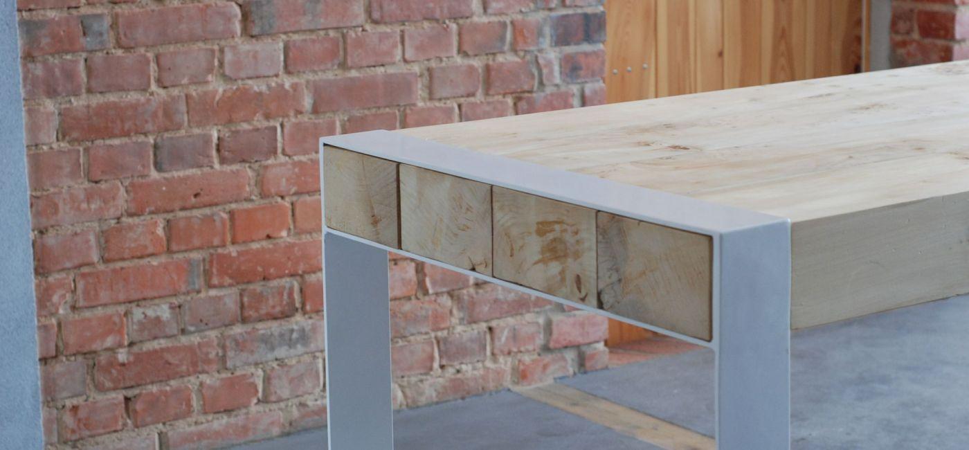 Stół, który nie ma nic wspólnego z wyposażeniem domów produkowanym masowo ze sztucznych materiałów.