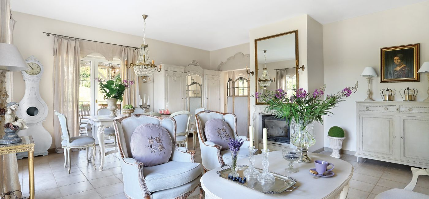 Jak urządzić wnętrze w stylu prowansalskim? Malowanymi antykami, tkaninami w pastelowych kolorach, starą ceramiką, kwitnącą