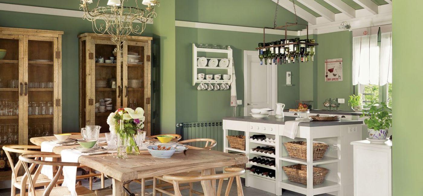 Kuchnia zapełnia się prostą ceramiką i szkłem pasującym do klimatu podmiejskiej posiadłości. Właściciele kolekcjonują wina.