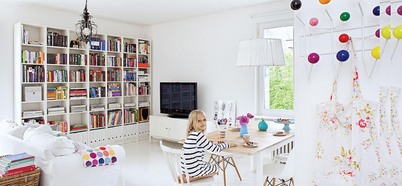 Szwedzkie klasyki: kanapa ,regał i szafka z IKEA, krzesła z holenderskiego bazaru. Plus smakowite groszki