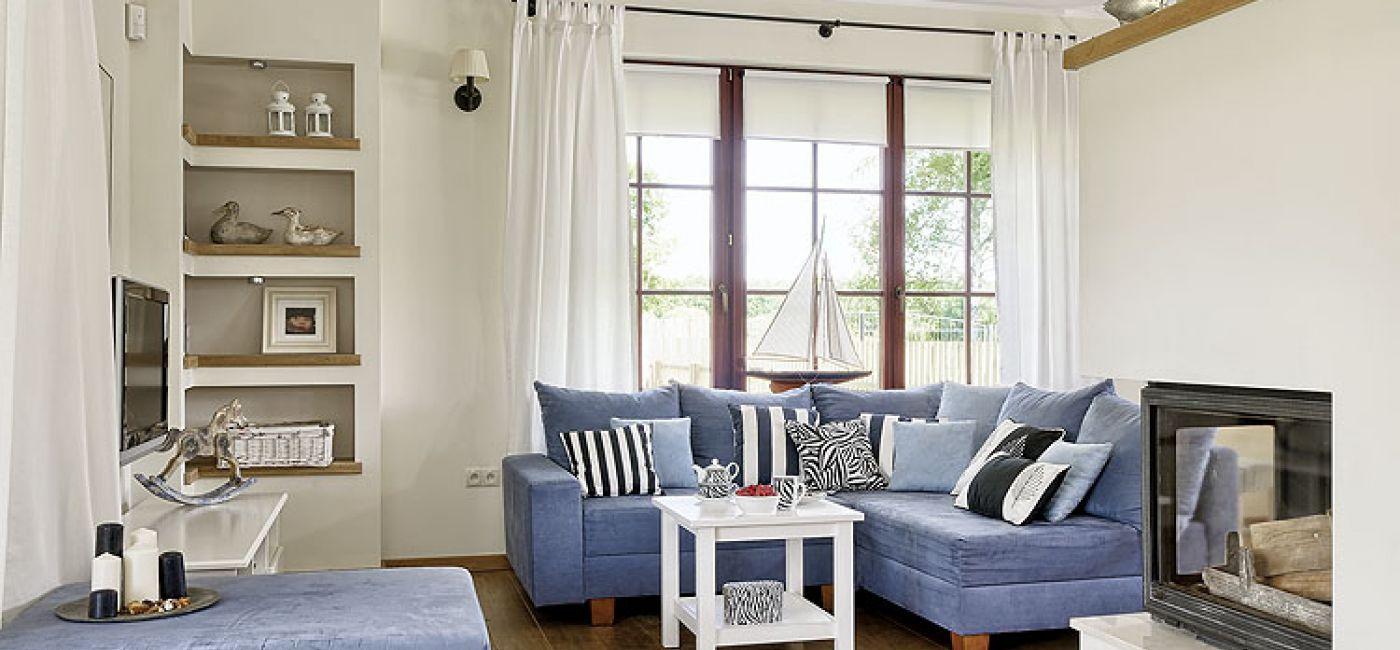W marynistycznym stylu - błękity i biel w salonie