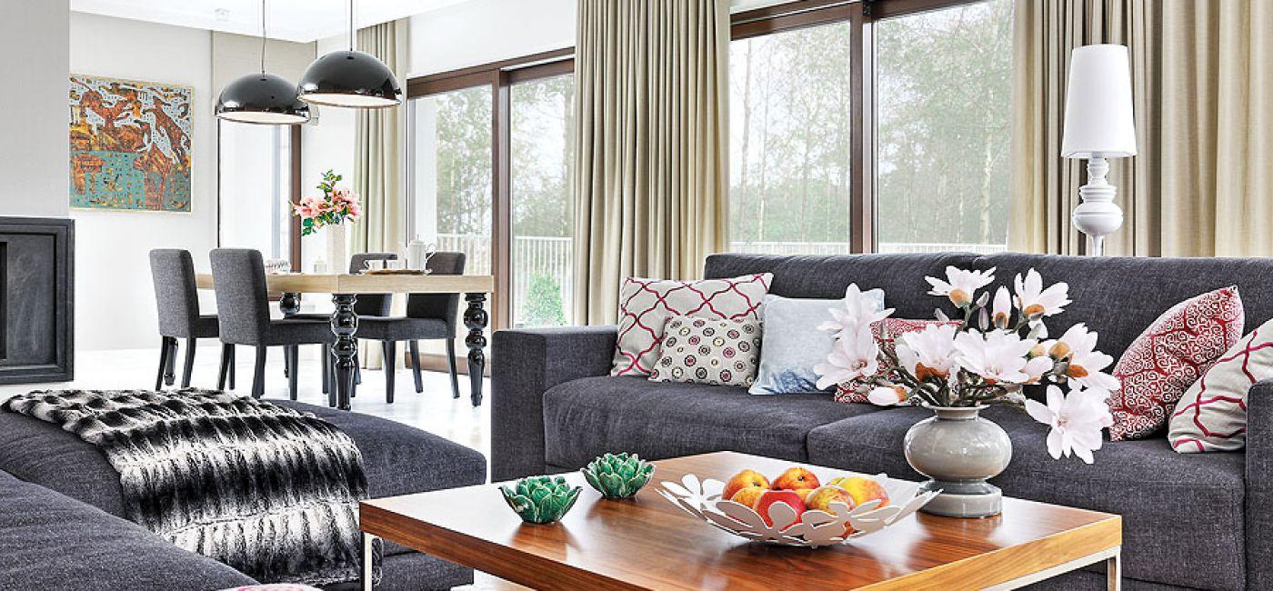 Dom urządzony jest nowocześnie z elementami stylu art deco i glamour.
