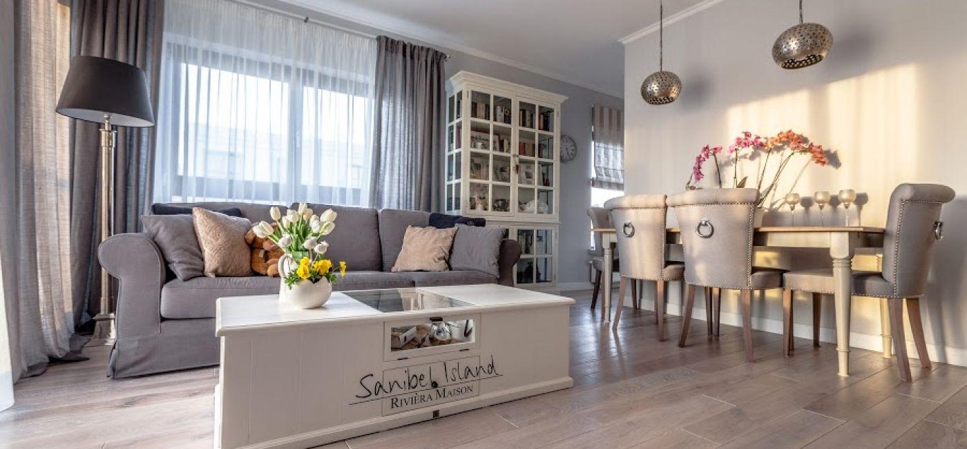 Wygodna kanapa oraz solidny stół kawowy z praktycznymi półkami.