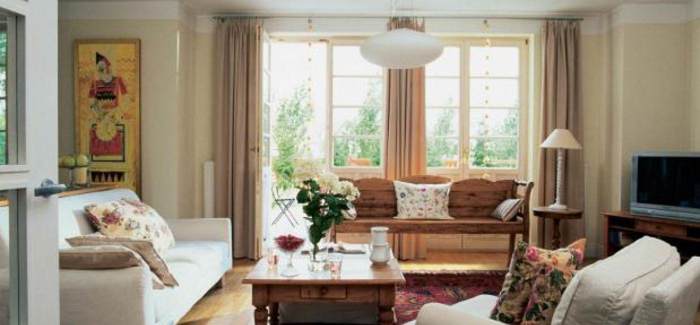 Z przestronnego salonu można wyjść prosto do ogrodu.