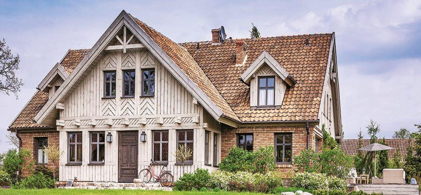 Z zewnątrz dom wygląda jak tradycyjne mazurskie siedlisko. W środku panuje styl francuski.