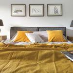 szara sypialnia żółte dodatki