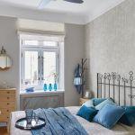 szara sypialnia niebieskie dodatki