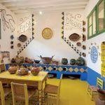 Kuchnia i jadalnia z mozaika dedykowaną mieszkańcom, Fridzie i Diegowi. Dom i przedmioty codzinnego użytku