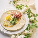 Szparagi z kaczym jajem, szynką San Daniele i sosem serowym