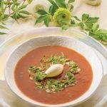 Krem pomidorowy z kozim serem i ziołową sałatką