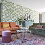 Wzorzysta tapeta z kolekcji Cole Son i miękko tapicerowane kanapy - projekty Magdy Zabierzowskiej -