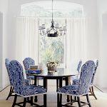 Antyczne krzesła okryte nowoczesną tkaniną.