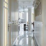 Architekt Roland Stańczyk zaproponował luksusową posadzkę z dwóch rodzajów marmuru: białego thassos i czarnego nero marquina.