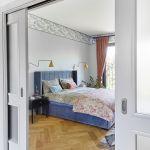 Przesuwne, stylowe drzwi między sypialnią a garderobą odtworzono na wzór oryginalnych. Gdy połączono je z