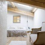 Architektka wymyśliła sypialnię jak domek na drzewie. Tyle tylko, że nie wisi w ogrodzie, ale nad kuchnią i dziennym