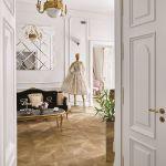 Zakupy w atelier są nietypowe, jakbyśmy byli w Paryżu. Suknie wiszą na eleganckich wieszakach z monogramem projektantki.
