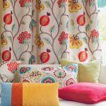 Bawełniana poduszka Zuiver Ridge kosztuje 148 zł, CZERWONA MASZYNA Jesienna kolekcja tkanin Jane Churchill, w tle