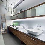 W łazience dominuje szkło i drewno.