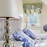 Beże, zieleń i kobalt. Tapeta nad łóżkiem, Eijffinger. Żyrandol - Lopez de Hierro, lampki na stolikach - Aimbry.