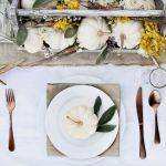 nakrycie stołu z białą dynią na talerzu