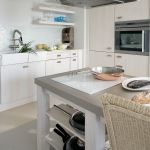 biała kuchnia okap nad wyspą
