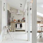 Białe mieszkanie na strychu urządzone w stylu skandynawskim.