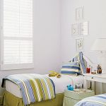 Białe shuttersy nie tylko ładnie filtrują światło, ale i dają chłód.