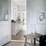Białe szafki kuchenne doskonale grają z ciepłą, drewnianą podłogą.
