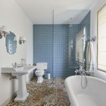 Ciekawy kontrast: dekoracyjne, ręcznie robione płytki podłogowe z ceramiką ścienną ułożoną w cegiełkę.