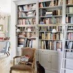 Biblioteka, choć robiona na wymiar, i tak nie zdoła pomieścić wciąż przybywających książek. Zaprojektowała ją