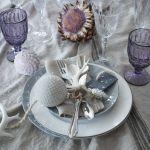 Biel i fiolet – dekoracja stołu na święta, aranżacja